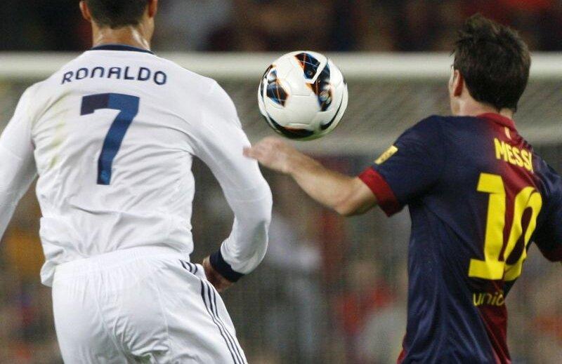Numerele 7 şi 10 într-un duel inegalabil în fotbal. Cine va cuceri Balonul de Aur? Ronaldo sau Messi? // Foto: Reuters