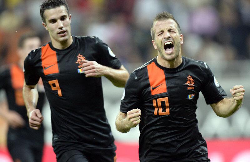 Van der Vaart (dreapta) l-a depăşit pe Cocu: scorul la selecţii este 102-101 // Foto: Raed Krishan