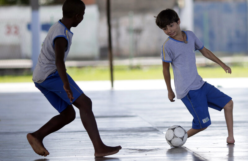 Gabriel nu mai are nevoie să privească mingea. O simte, ştie că, după fenta din corp, va fi la piciorul său stîng // Foto: Reuters