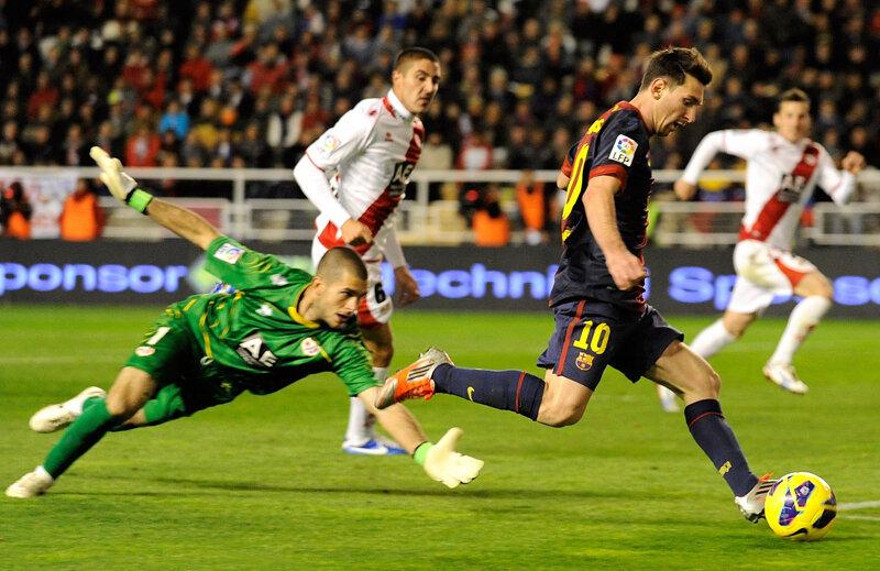 Messi îl driblează pe portarul lui Rayo şi face 0-5! // Foto: Guliver/GettyImages