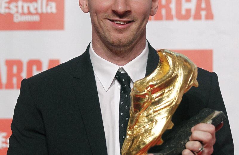 Messi prezintă ultimul său trofeu primit.