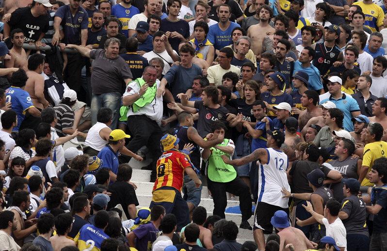 Ultraşii La Doce atacă stewarzii pe Monumental // Foto: AP/Agerpres