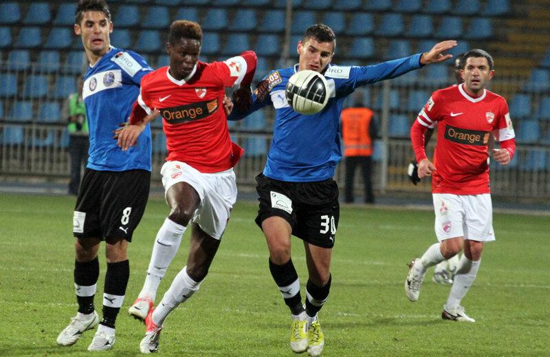Benzar a jucat la toate selecționatele de juniori și vrea să ajungă și la prima reprezentativă. La Under 19 a fost căpitan