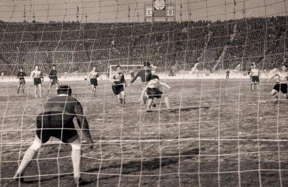 """Pe un ger teribil, peste 60.000 de steliști au venit pe fostul """"23 August"""" în decembrie 1957 la meciul cu Borussia Dortmund, primul al CCA-ului în Europa"""
