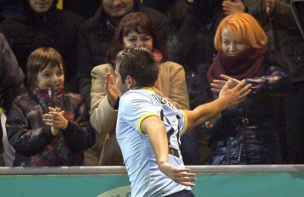 Prima persoană cu care Raul a celebrat cele două goluri de la Chiajna a fost Roxana Foto: Raed Krishan