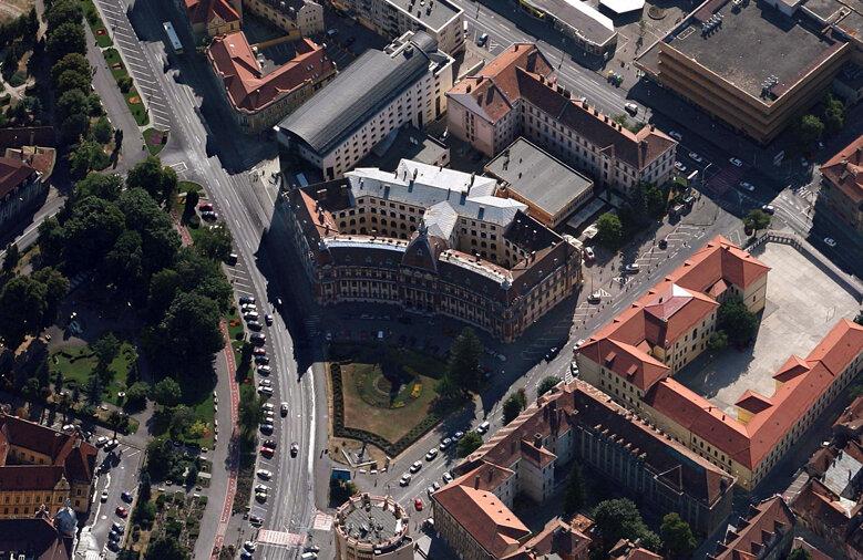 Plasat în apropiere de Piața Sfatului, sediul Primăriei brașovene e locul de unde Liviu Lupu contribuie la alocarea fondurilor pentru Corona, clubul prezidat de el și băgat în afaceri cu firmele sale
