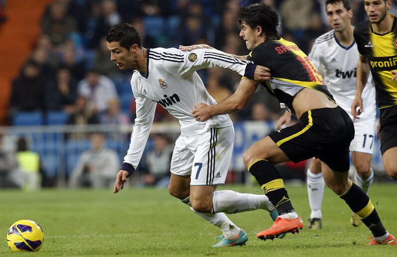 Săpunaru (dreapta) încearcă să-l agaţe pe Cristiano Ronaldo // Foto: Reuters