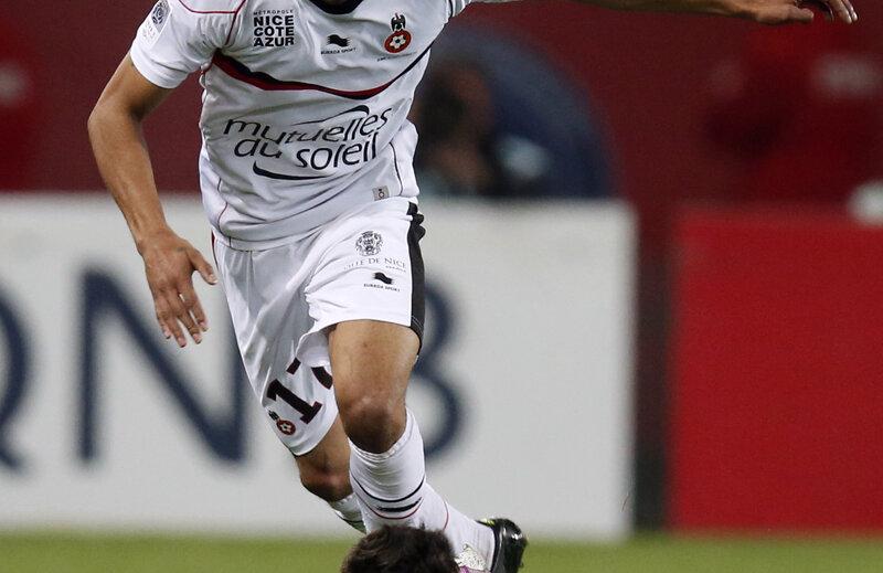 Ultimul meci al lui Anin (în alb, dominîndu-l pe Lavezzi) în Ligue 1: 0-3 cu PSG, pe 21 aprilie // Foto: Reuters