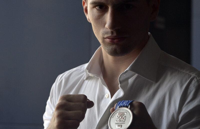 Bogdan Juratoni e mîndru de medalia sa de argint // Foto: Cristi Preda