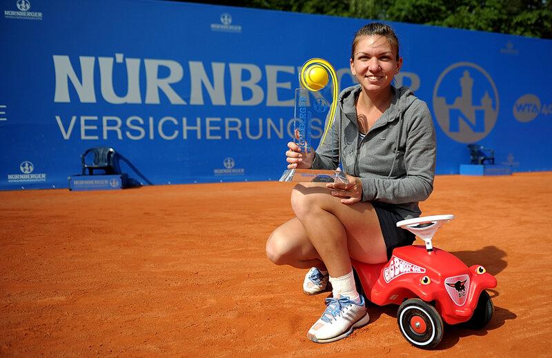 Simona a pozat fericită cu trofeul
