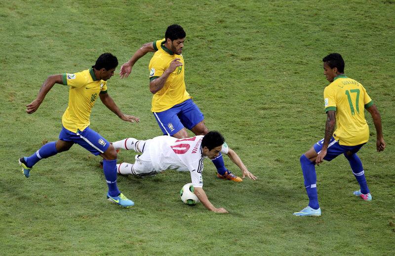 Niponul Kagawa anihilat de 3 brazilieni: Paulinho, Hulk şi Gustavo // Foto: Reuters