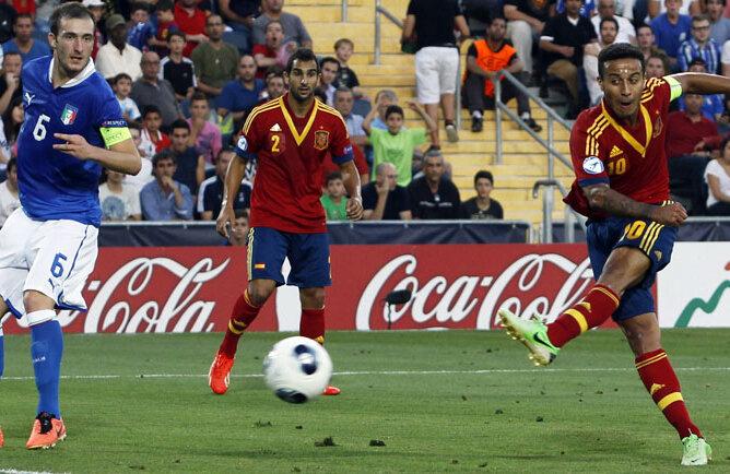 Thiago (dreapta) readuce Spania în avantaj. Era 2-1 în finală. S-a terminat 4-2 // Foto: Reuters