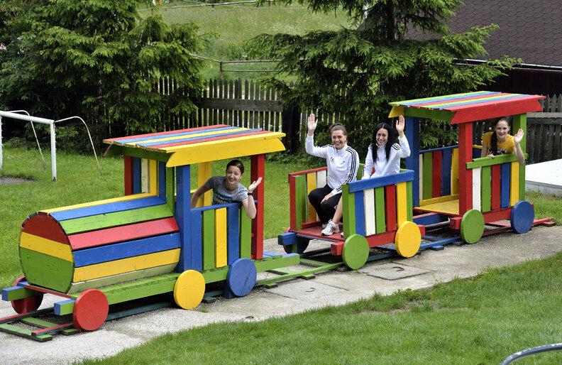 Ana Maria Brînză, Amalia Tătăran, Maria Udrea și Simona Pop (de la stînga la dreapta) au pozat înainte de plecarea spre Europene într-un trenuleț colorat optimist // Foto: Raed Krishan