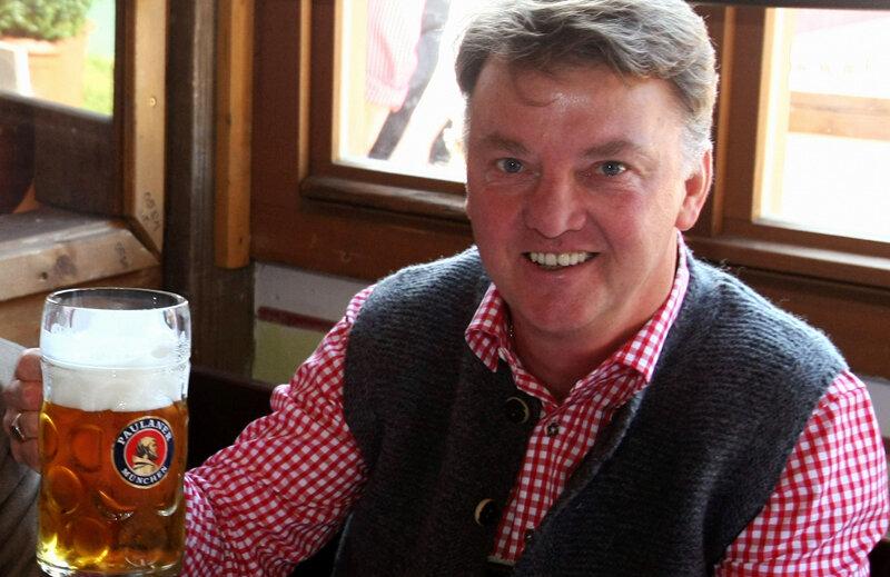 Louis van Gaal, relaxat, salutînd prietenii la o halbă de bere // Foto: Reuters