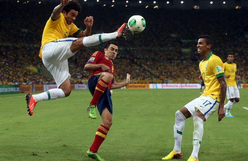 Marcelo (stînga) pluteşte deasupra lui Xavi, admirat de Luiz Gustavo (dreapta), cel care a cucerit tot în 2013: 3 trofee cu Bayern şi Cupa Confederaţiilor // Foto: Guliver/GettyImages