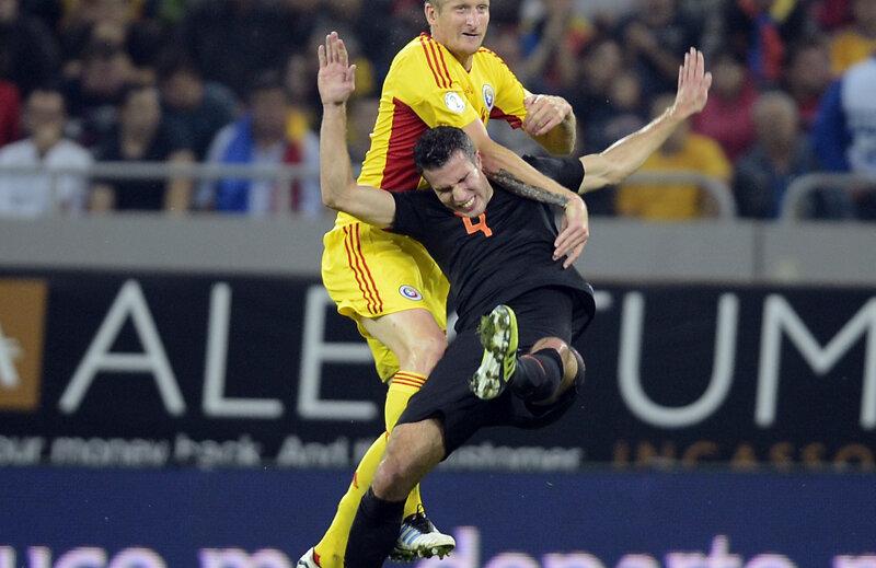 Dorin Goian îl domină pe Van Persie la un duel aerian // Foto: Alex Nicodim