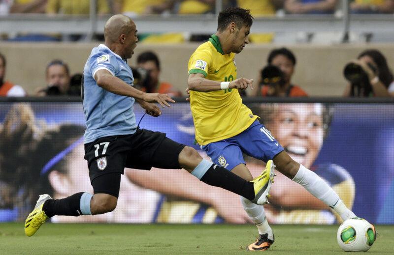 Neymar (dreapta) atacat agresiv de uruguayanul Arevalo, în semifinalele Cupei Confederaţiilor // Foto: Reuters