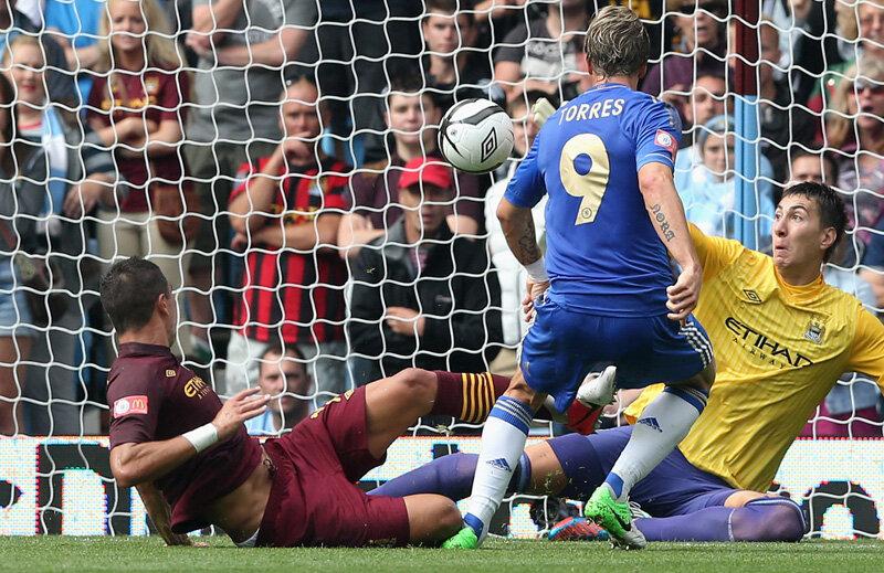 Un reflex excelent al lui Pantilimon (în galben), în faţa lui Torres, a ajutat-o pe Man. City să cîştige, 2-1 cu Chelsea, semifinala Cupei Angliei // Foto: Guliver/GettyImages