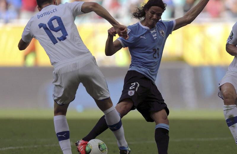 Cavani (dreapta), la Cupa Confederaţiilor, şutînd de lîngă italianul Bonucci. // Foto: Reuters