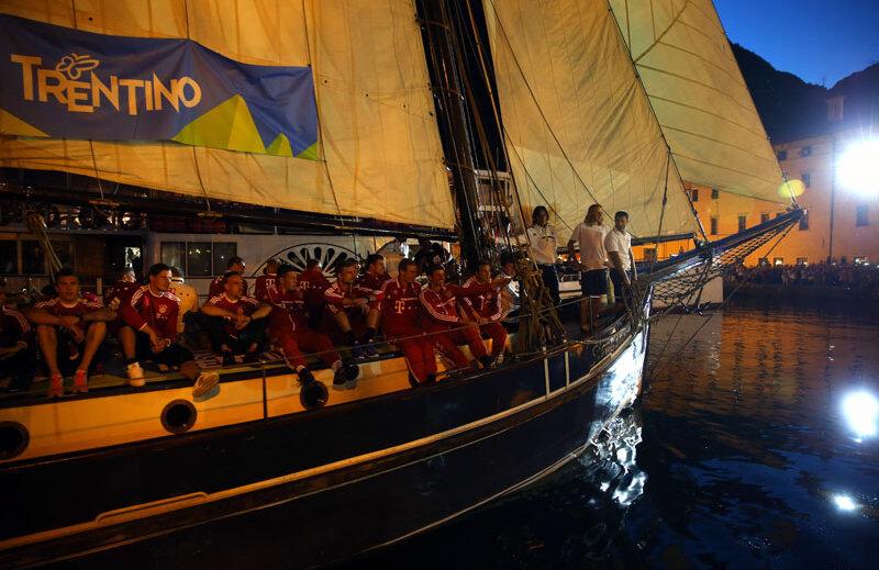 Bayern la apă! Echipajul munchenez ridică ancora în portul de la Riva del Garde // Foto: Guliver/GettyImages