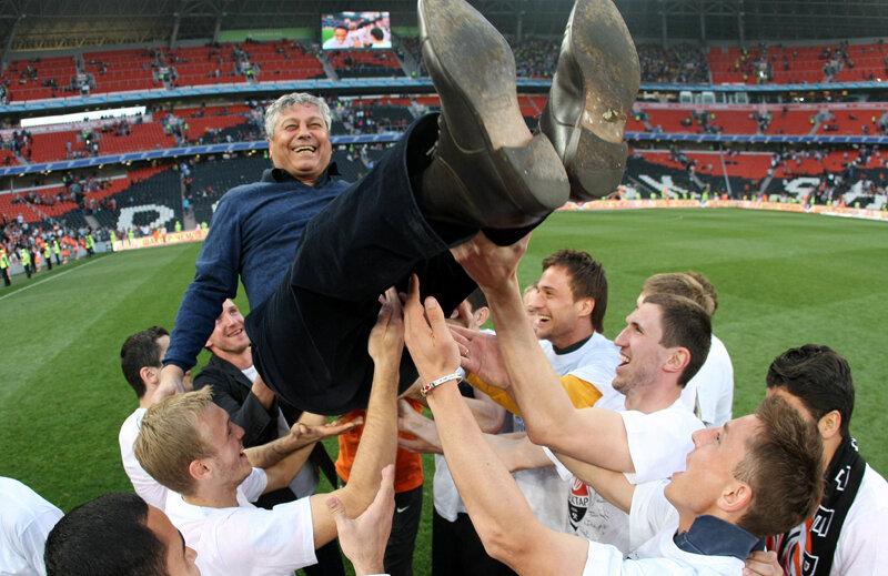 Lucescu e purtat pe braţe de fericiţii săi jucători de la Şahtior // Foto: MediafaxFoto/AFP