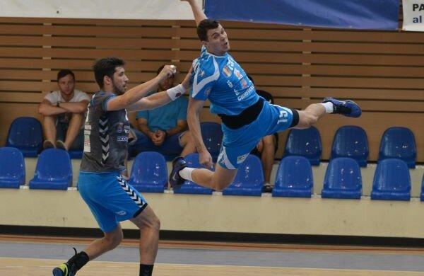 Marius Sadoveac (la minge) într-un duel cu Ionuţ Georgescu, sau disputa dintre campioana HCM Constanţa şi vicecampioana Ştiinţa Bacău Foto: Bogdan Bălaş
