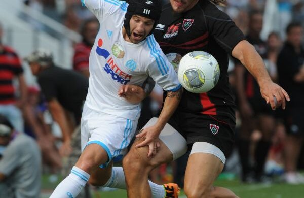 Valbuena (stînga), fotbalistul cu cască de rugbyst, rezistă în duelul cu flankerul Gunther, 1,90 m, 106 kg MediafaxFoto/AFP