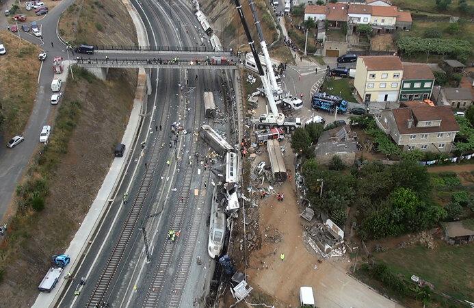 Aceasta este imaginea dezastrului din Galicia. Un tren distrus, cu două locomotive şi 8 vagoane, întins pe sute de metri // Foto: Reuters