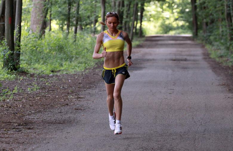 Simona Maxim, alergînd prin pădurea de la Snagov în timpul unui antrenament în luna iunie // Foto: Libertatea