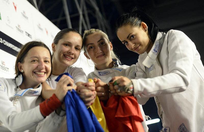 Ana Maria Brînză, Simona Pop, Raluca Sbîrcia şi Maria Udrea (de la stînga la dreapta) ţin cu pumnii stînşi de tricolor. Ele şi-au unit forţele pentru o medalie extrem de muncită // Foto: Raed Krishan (Budapesta)
