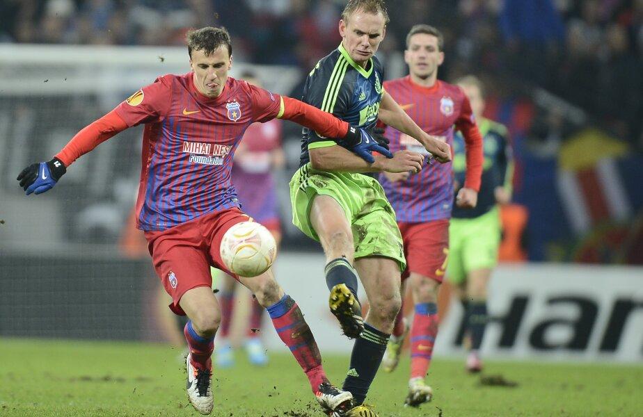 Siem de Jong (dreapta), într-un duel incendiar cu Vlad Chiricheş, în Europa League. Ajax a fost eliminată de Steaua la Bucureşti // Foto: Alex Nicodim