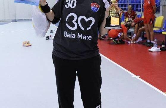 Paula Ungureanu cu trofeul oferit locului 2