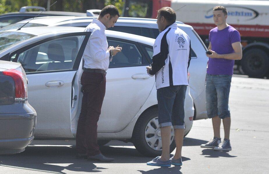 Tipul din mijlocul imaginii n-are nici o problemă în a trafica în plină stradă biletele pentru jocul cu Ungaria