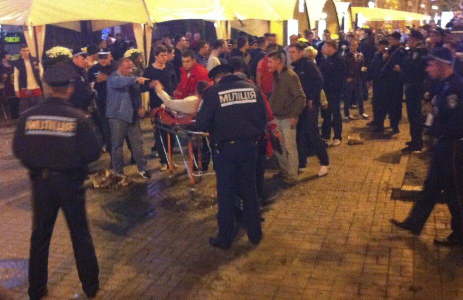Un fan englez, înjunghiat, este luat cu targa de paramedicii sosiți la fața locului