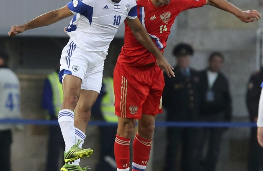 V. Berezuțki, dreapta, în duel cu Barda, a deschis scorul ieri pentru ruși