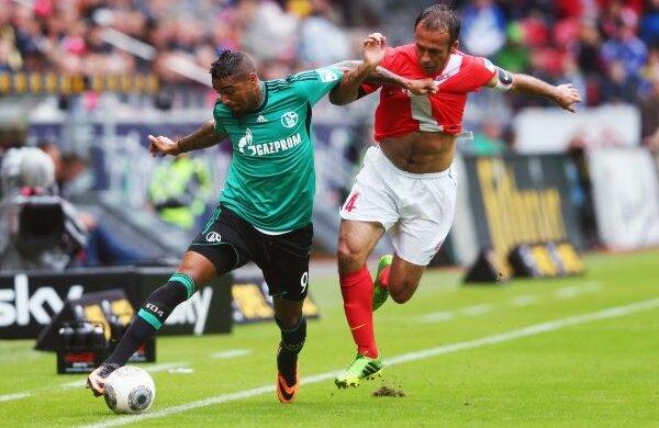 Înscria la Milan, o face şi la Schalke. Boateng (stînga) și-a dovedit eficacitatea și în deplasarea de la Mainz
