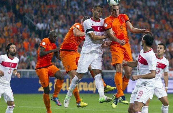 Van Persie ar putea fi la Istanbul marcatorul care să califice indirect România în barajul pentru Mondiale Foto: Reuters