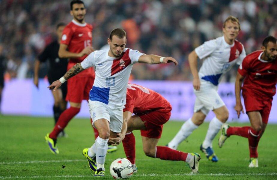 Lansat ideal de Kuyt, Sneijder (prim-plan) armează şi foc! Mingea se opreşte în plasa lui Volkan. Turcii sînt în genunchi