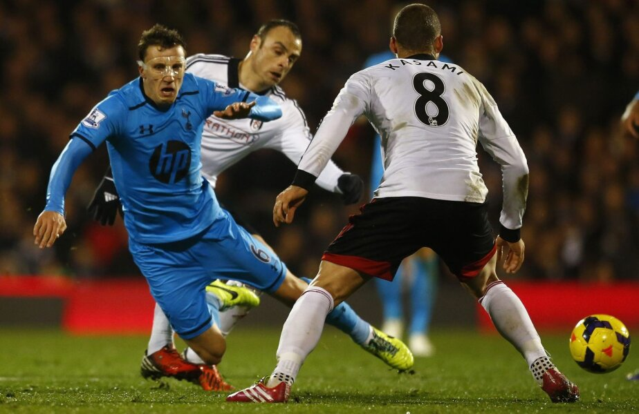 Chiricheş (prim-plan), urcat în atac, e faultat din spate de bulgarul Berbatov (Fulham) // Foto: Reuters