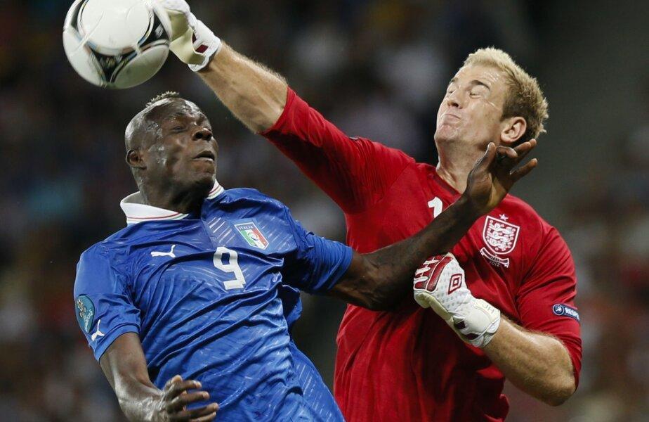 Balotelli a simţit pumnul lui Hart (dreapta), portarul Angliei, în
