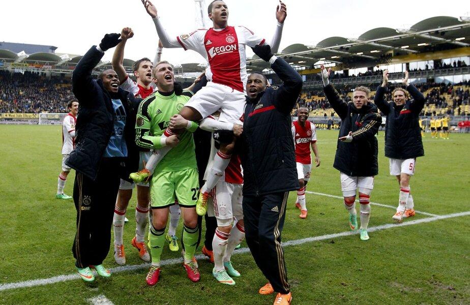 Riedewald, purtat pe braţe de coechipierii de la Ajax // Foto: De Telegraaf