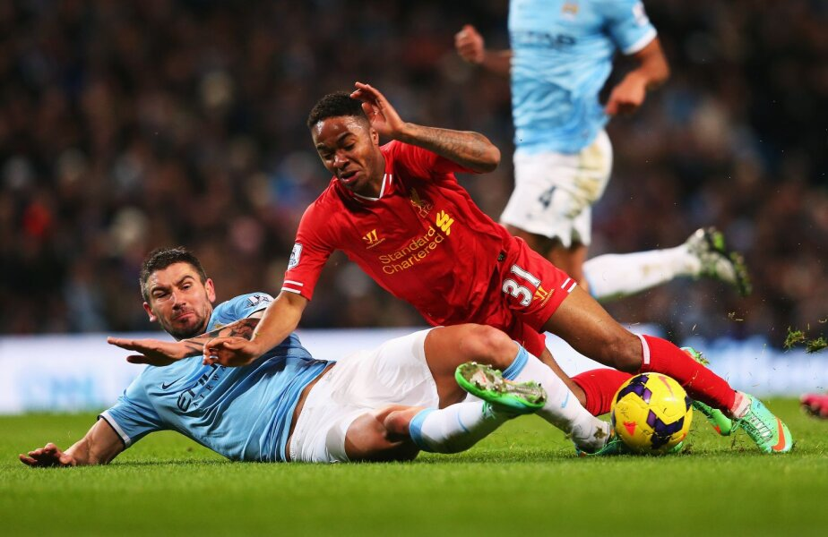 Sterling (Liverpool), 19 ani, luat pe sus de Kolarov, fundaşul lui City // Foto: Guliver/GettyImages