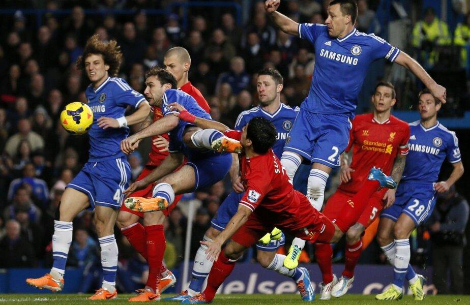 Crampoanele lui Ivanovici (centru) îl bărbieresc pe Suarez, dar golgeterul lui Liverpool nu cedează // Foto: Reuters