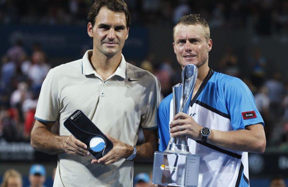 Federer şi Hewitt cu trofeele primite la Brisbane // Foto: Reuters