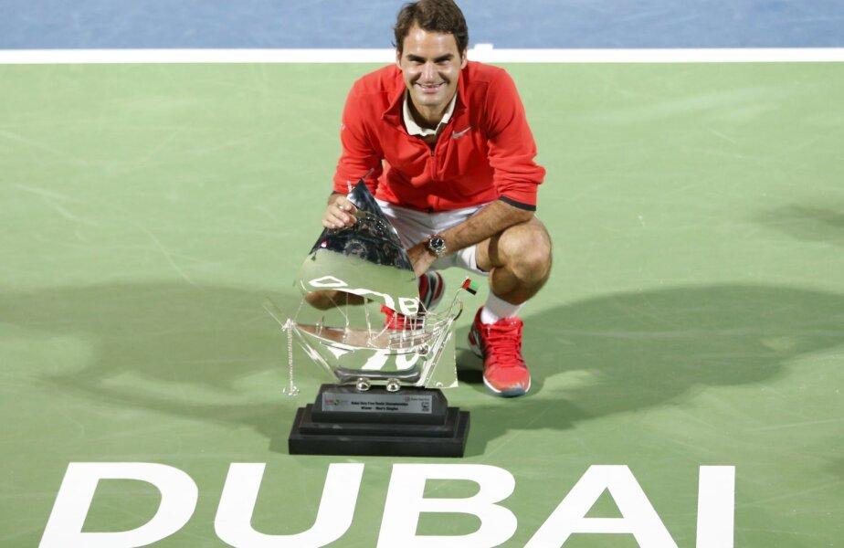Roger Federer și trofeul de la Dubai