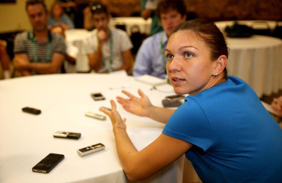 Simona Halep răspunzînd întrebărilor ziariştilor la Indian Wells // Foto: AFP-Mediafax