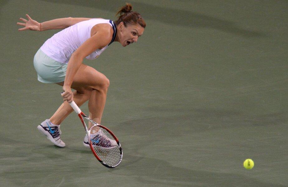 Simona Halep într-unul dintre momentele dificile ale meciului cu Agnieszka Radwanska // Foto: Reuters