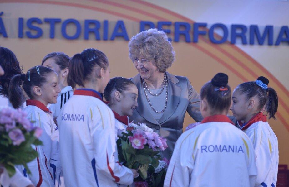 Directorul OMV Petrom, Mariana Gheorghe înconjurată de gimnastele din lotul olimpic