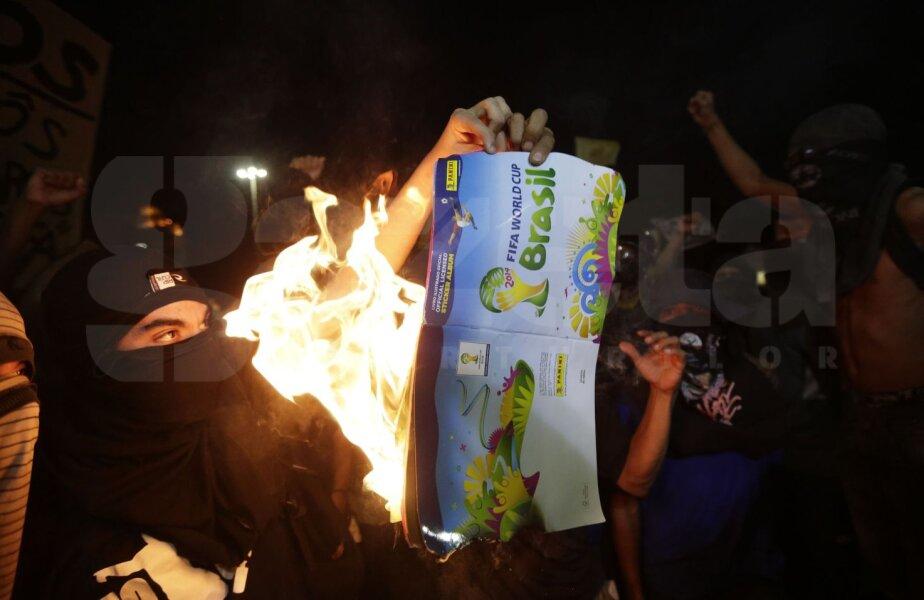 La Sao Paulo, carnetele cu abțibilduri pentru CM sînt arse // Foto: Reuters