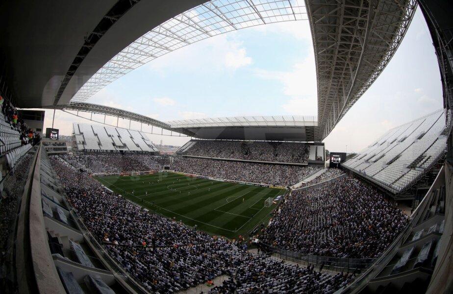 La unicul test FIFA înaintea CM, se observă problemele de la acoperiş. Partea superioară a tribunelor e nefinisată